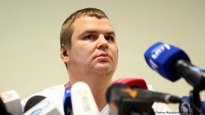 Dmytro Bulatow speaks in Vilnius about his abduction. Photo: AFP