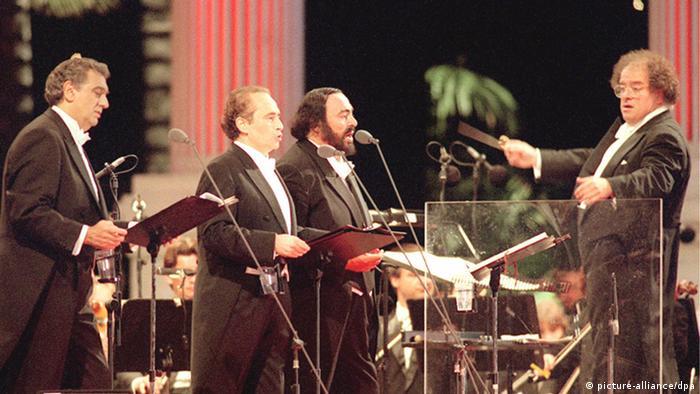 Placido Domingo, Jose Carreras und Luciano Pavarotti singen, James Levine steht am Dirigentenpult