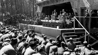 Glenn Miller, performing on stage with his band in front of soldiers (C) picture-alliance