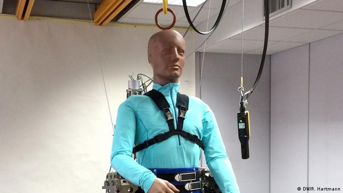 1304d35b1 ابتكر باحثون دوليون أرجلاً آليةً يتم التحكم فيها عبر الدماغ، وهي موجهةٌ  للأشخاص مصابين بالشلل. وسيتم تقديم ذلك الابتكار عند افتتاح منافسات كأس  العالم في ...