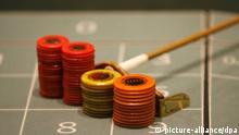 Ein Croupier leitet am Donnerstag (17.01.2008) in der Spielbank Hamburg das Roulettespiel. Seit 30 Jahren rollt dort die Roulette-Kugel. 550 000 Besucher spielen dort jährlich mit rund 1,2 Milliarden Euro Einsatz. Seit dem Eröffnungstag am 20. Januar 1978 wurden 16 Millionen Gäste gezählt, darunter auch zahlreiche Prominente. Von dem Umsatz werden nach Angaben der Spielbank 80 bis 85 Prozent an den Staat abgeführt. Die Besucherzahlen sind durch die Popularität des Pokerspiels gestiegen. Foto: Maurizio Gambarini dpa +++(c) dpa - Report+++