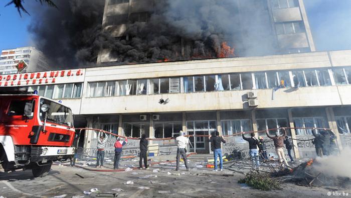 У Тузлі у п'ятницю, 7 лютого, демонстранти підпалили будівлю місцевого уряду