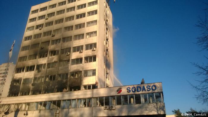 Zapaljena zgrada Vlade Tuzlanskog kantona