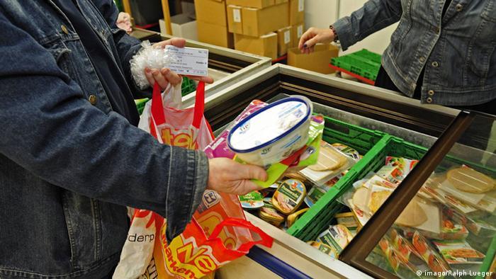 Ausgabe von Lebensmitteln an Bedürftige durch die Essener Tafel (Foto: dpa)