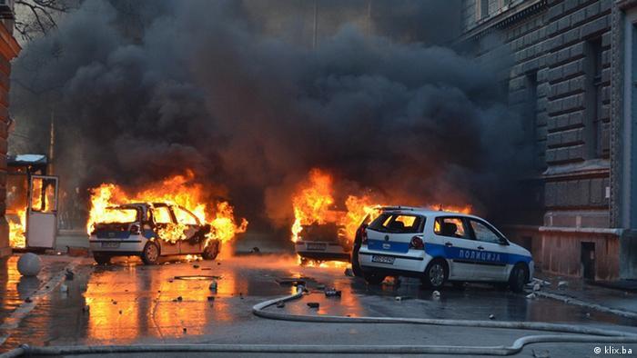 Vor dem Regierungsgebäude in Sarajevo brennen Polizeiautos<br /><br /><br /> (Foto: Reuters)