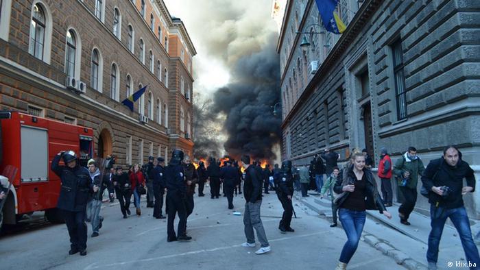 Nakon cjelodnevnih nereda i nasilja na ulicama Sarajeva, Tuzle, Mostara, Bihaća, Zenice i drugih bh. gradova, situacija u Bosni i Hercegovini se u večernjim satima smirila.
