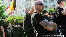 ARCHIV - Anhänger der rechtsradikalen NPD demonstrieren am 01.05.2012 in Berlin im Bezirk Hohenschönhausen zum 1. Mai. Foto: Maurizio Gambarini/dpa