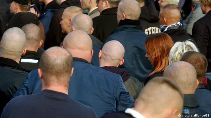 Neonazis demonstrieren in Halbe