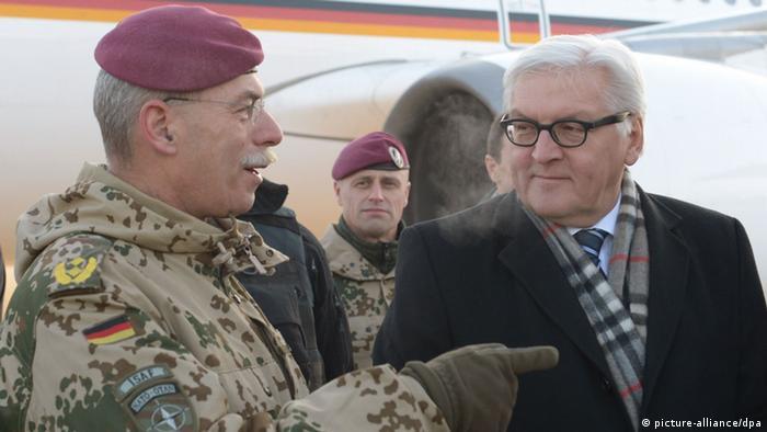 Außenminister Steinmeier in Afghanistan mit ISAF-Generalmajor Jörg Vollmer (Foto: dpa)