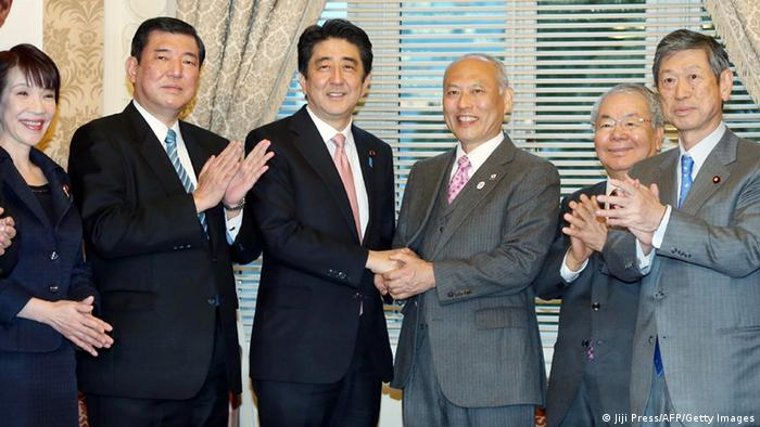 Shinzo Abe and Yoichi Masuzoe at the 2014 governor's elections in Tokyo (Photo: JIJI PRESS/AFP/Getty Images)