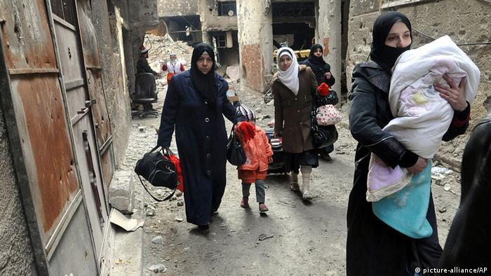 Flüchlingslager Yarmouk bei Damaskus, Menschen verlassen das Camp (Foto: DPA)