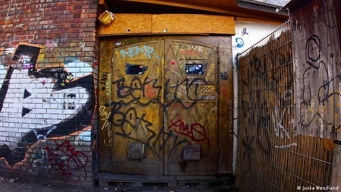 Portón y muros rayados: la entrada al club Golden Gate.