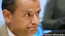 ARCHIV - Sebastian Edathy (SPD), Vorsitzender des NSU-Untersuchungsausschusses, eröffnet am 13.05.2013 die vorletzte Sitzung des Bundestags-Untersuchungsausschusses zu den Morden der rechtsextremen Terrorzelle NSU im Paul-Löbe-Haus in Berlin. Foto: Stephanie Pilick/dpa (zu dpa: SPD-Abgeordneter Edathy legt Bundestagsmandat nieder vom 08.02.2014) +++(c) dpa - Bildfunk+++