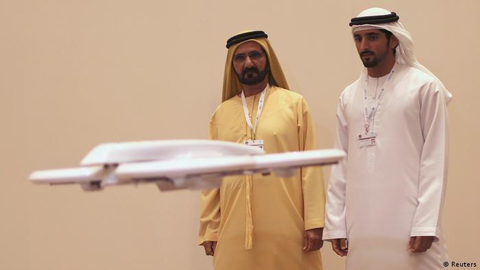شیخ محمد بن راشد آل مکتوم، امیر دبی (چپ) در نمایشگاه فناوریهای آینده در دبی