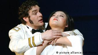 A scene from Madame Butterfly with two actors on stage (C) picture-alliance/Dpa