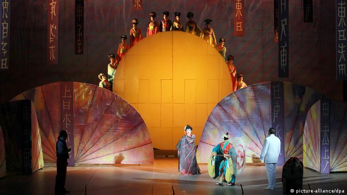 A scene from a Madame Butterfly production (c) picture-alliance/dpa
