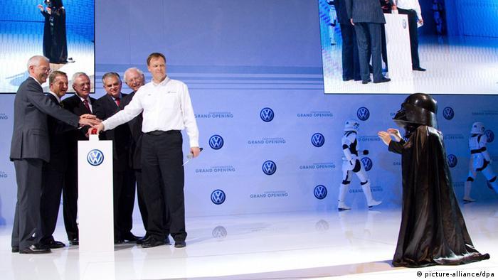 Mehrere Personen stehen auf einer Bühne bei der VW-Werkserföffnung in Chattanooga (Foto: dpa)