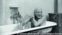 Pablo Picasso in der Badewanne (picture-alliance/Foto: David Douglas Duncan)