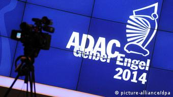 ADAC logo on blue background (Foto: Tobias Hase/dpa)