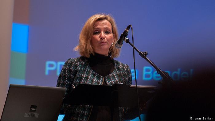 Petra Bendel bei einer Rede (Foto: Jonas Banken)