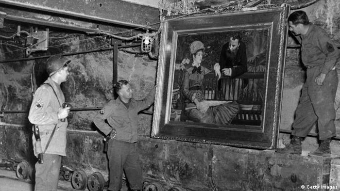 Amerikanische Soldaten mit Gemälden 1945