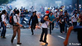 Las emisoras de radio y televisión practicaron la autocensura y se abstuvieron de cubrir los disturbios.