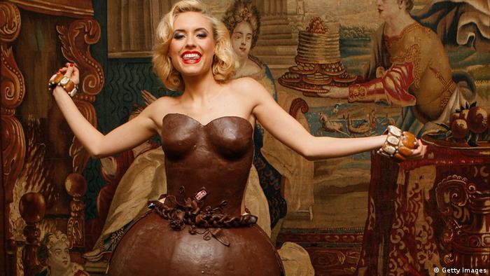 Manekenka u čokoladnoj haljini
