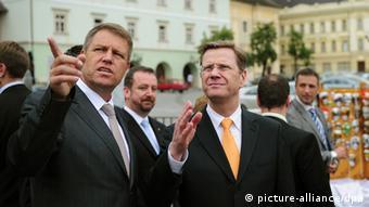 Klaus Johannis, Oberbürgermeister von Sibiu, mit Ex-Außenminister Westerwelle (Foto: dpa)