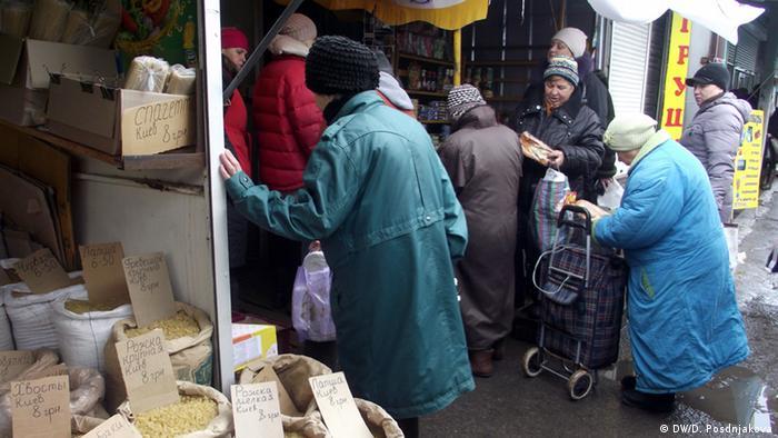 Покупатели на одном из рынков Харькова