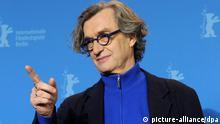 ARCHIV - Der Regisseur Wim Wenders stellt am 13.02.2011 auf der Berlinale seinen Films Pina vor. Am 12.02.2014 wird Wenders seine 3D-Produktion «Kathedralen der Kultur» auf der Berlinale 2014 vorstellen. Foto: Tim Brakemeier/dpa +++(c) dpa - Bildfunk+++