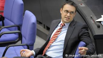 Ο σοσιαλδημοκράτης Σ. Μπαρτολ ασκεί κριτική στον χριστιανοκοινωνιστή υπουργό Μεταφορών Α. Σόιερ επειδή ήδη ανέθεσε σε ιδιωτική εταιρεία την είσπραξη του τέλους