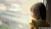 #33998598 - la jeune fille regarde par la fenêtre © muro
