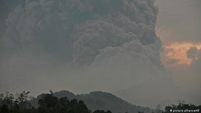 flucht vor vulkanausbruch auf java | aktuell asien | dw