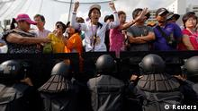 Thailand Opposition demonstriert in Bangkok Polizei