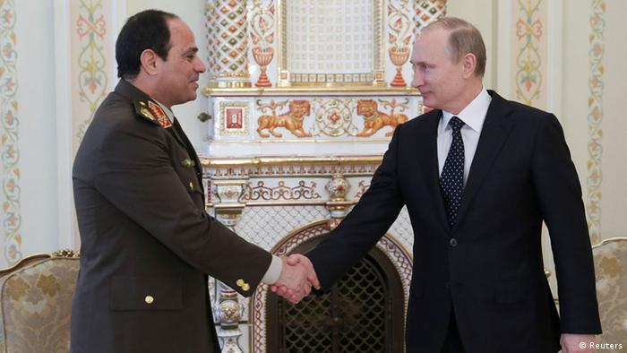 Путин жмет руку министру обороны Египта ас-Сиси во время их встречи в Ново-Агарьевро в феврале 2014 года