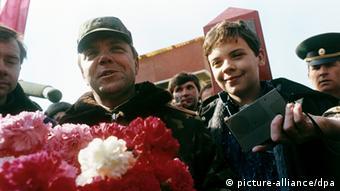 Der Kommandeur der sowjetischen Truppen in Afghanistan, General Boris Gromow, wird von seinem 14-jährigen Sohn Maxim auf der Brücke über den Grenzfluss Amu Darya begrüßt (Foto: dpa)