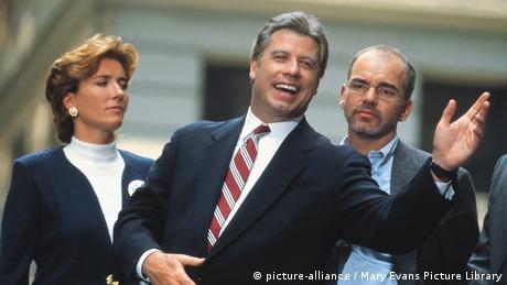 Filmstill mit John Travolta aus Primary Colors bei einem Wahlkampfauftritt (Foto: picture-alliance / Mary Evans Picture Library)