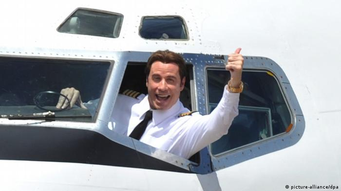 جان تراولتا، ستاره هالیوود عاشق پرواز است. او خود خلبان است و صاحب چند هواپیما که یک بوئینگ ۷۰۷ نیز در میان آنها دیده میشود. عشق پرواز برای تراولتا ۲ میلیون و ۲۵۰ هزار دلار سالانه هزینه برمیدارد.