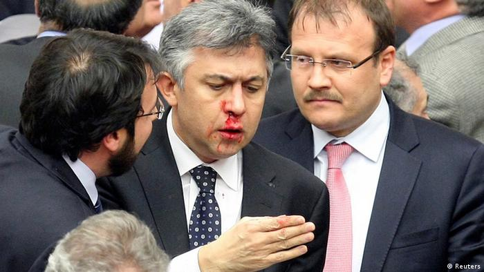 Türkei Ankara Justizreform Member of parliament (MP) from the main opposition Republican People's Party (CHP) Ali Ihsan Kokturk's nose bleeds as MPs from the ruling AK Party (AKP) and CHP scuffle during a debate on a draft law which will give the government tighter control over the appointment of judges and prosecutors, at a parliamentary session in Ankara early February 15, 2014. REUTERS/Stringer (