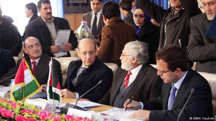 مقامات افغانستان و ایتالیا در حال امضای سند.