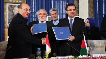 مقامات افغانستان و ایتالیا در حال تحویل دهی سند.