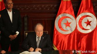 Der Präsident der verfassungsgebenden Versammlung Mustapha Ben Jaafar unterschreibt die Verfassung Foto: DW