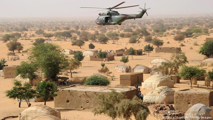 Вертолет летит на севере Мали