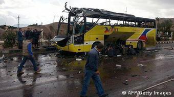 Взорванный автобус люди рядом с ним