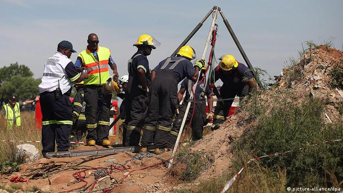 Rettungskräfte bergen Verschüttete nach Minen-Unglück in Südafrika (Foto: picture-alliance/dpa)