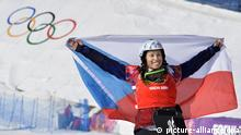 ©Kyodo/MAXPPP - 16/02/2014 ; SOCHI, Russia - Eva Samkova of the Czech Republic holds up a national flag after winning the women's snowboard cross final at the Winter Olympics in Sochi, Russia, on Feb. 16, 2014. (Kyodo)