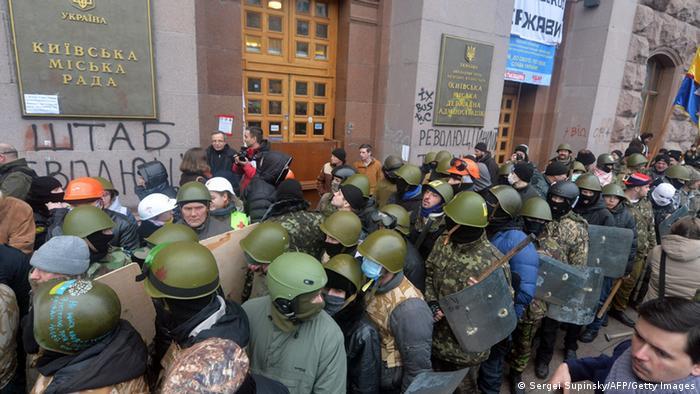 Demonstranten räumen das Rathaus von Kiew