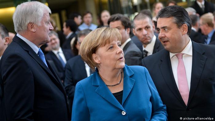 Horst Seehofer, Angela Merkel und Sigmar Gabriel stehen am 16.12.2013 im Paul-Löbe-Haus des Bundestages in Berlin nach der Unterzeichnung des Koalitionsvertrages der neuen Großen Koalition. (Foto: Bernd von Jutrczenka/dpa)