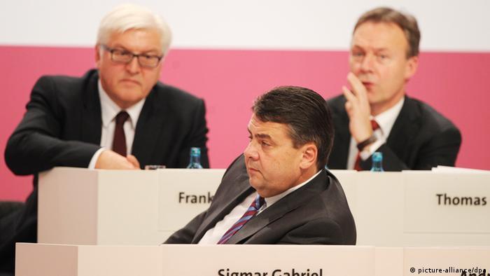 Steinmeier, Oppermann und Gabriel auf dem Bundesparteitag der SPD - Foto: Hannibal (dpa)