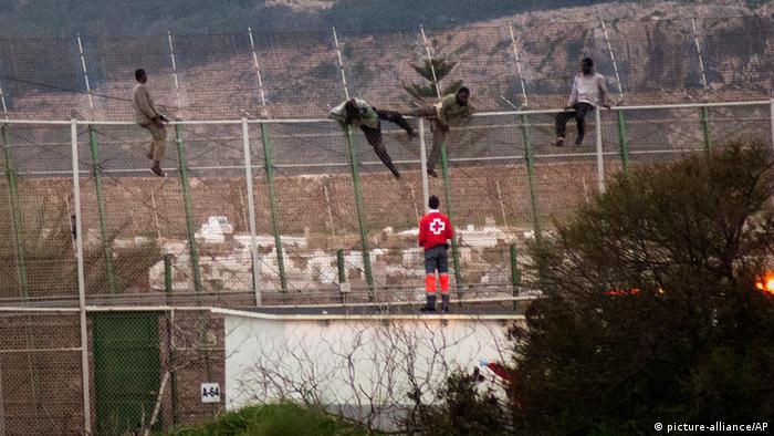 Flüchtlinge am Zaun in Melilla Foto: AP Photo/ Jesus Blasco de Avellaneda
